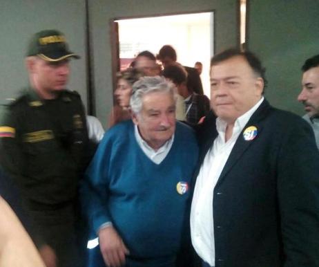 """""""Pepe"""" Mujica. A su derecha Víctor Báez, de la CSA."""