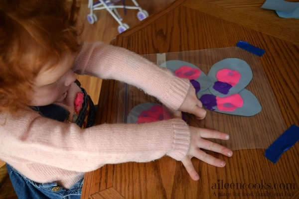 Have you tried mess free finger painting with your kids? It is so much fun and keeps their hands and clothes clean! Mess Free Finger Painted Easter Eggs are a great way to decorate for Easter with your kids!