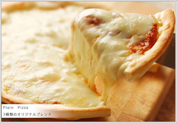 チーズで真っ白なピザが美味しそう