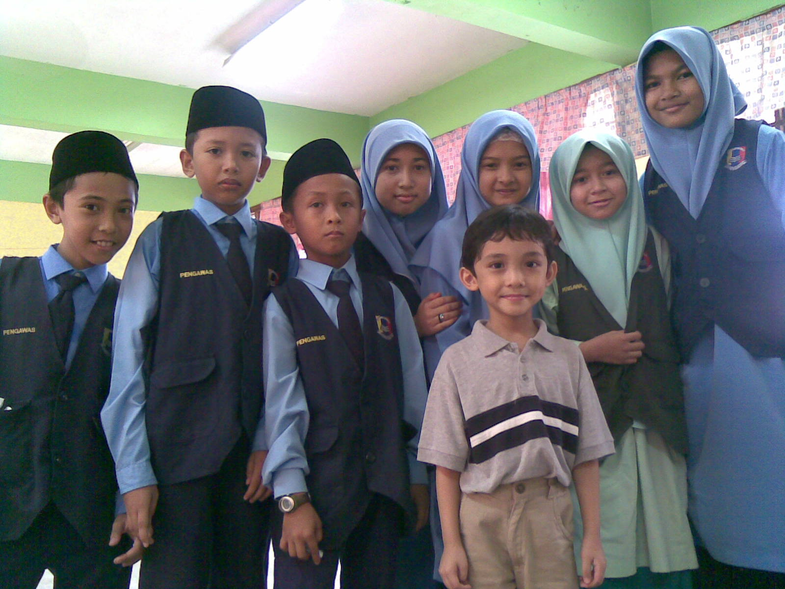 My little brother, Ahmad Ali, made new friends at the school. The girl in the middle (beside the boy) is Syazaliana. Perhaps she would name the rest of her friends for me...
