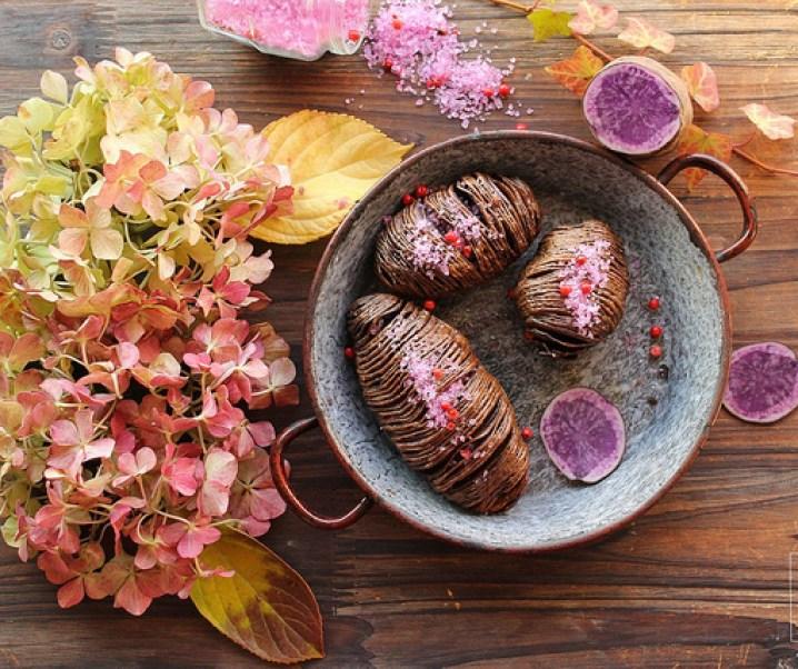 Pommes de terre vitelottes hasselback et fleur de sel rose {Pour préparer Noël #4}
