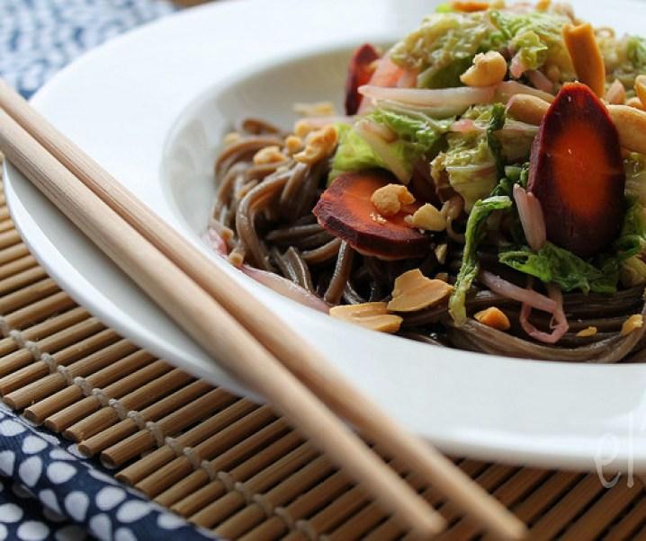Wok de nouilles soba aux légumes et cacahuètes