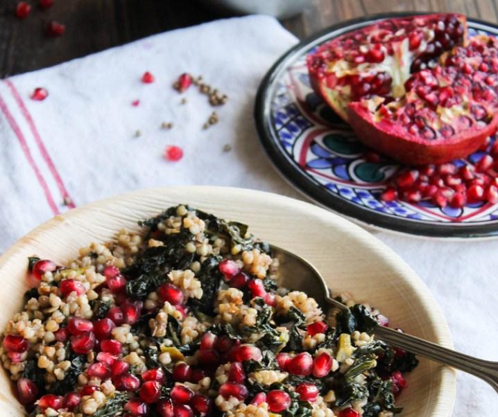 Poêlée de kale, sarrasin et grenade {sans gluten – vegan}