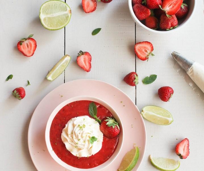 Soupe de fraise et chantilly coco