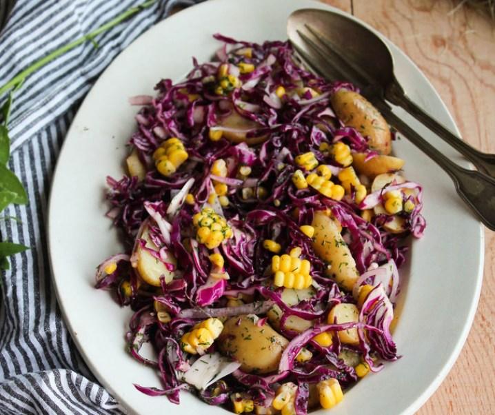 Salade de chou rouge, pommes de terre et maïs