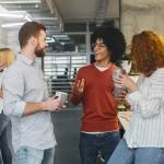 Nous sommes tous des animaux sociaux. Nos vies mêmes dépendent de nos relations avec les gens.  aimepingi diverse millennials enjoying communication in modern office