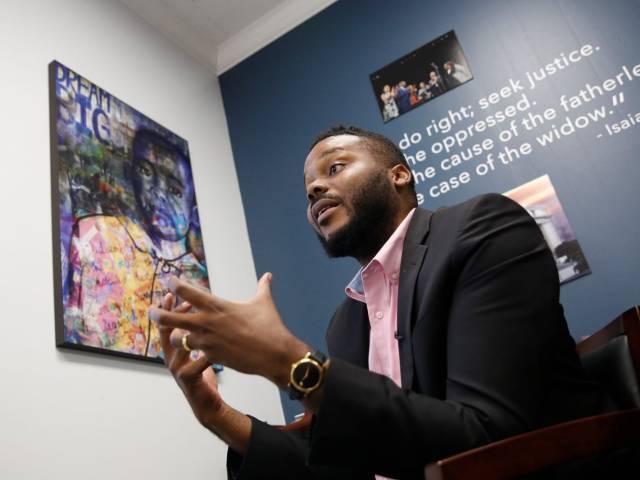 Un maire de 29 ans donne aux habitants les plus pauvres de sa ville un revenu de base de 500 $ par mois. Il dit que le programme est un succès jusqu'à présent.