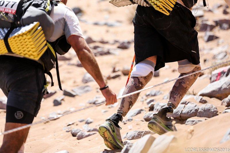 Duncan, eroul din Sahara. Primul om din lume cu picioarele amputate care a incheiat Maratonul Nisipului