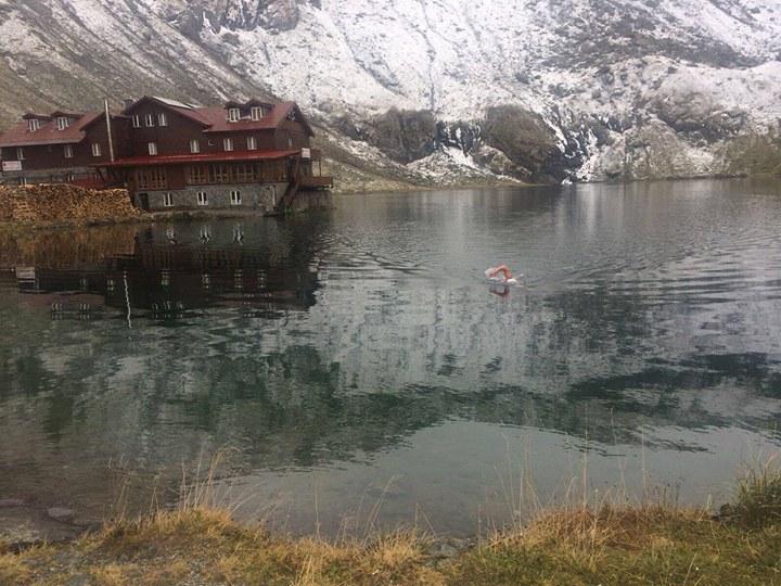 Inot extrem in lacul Balea: un roman si un irlandez au plonjat in apa de doar 4 grade