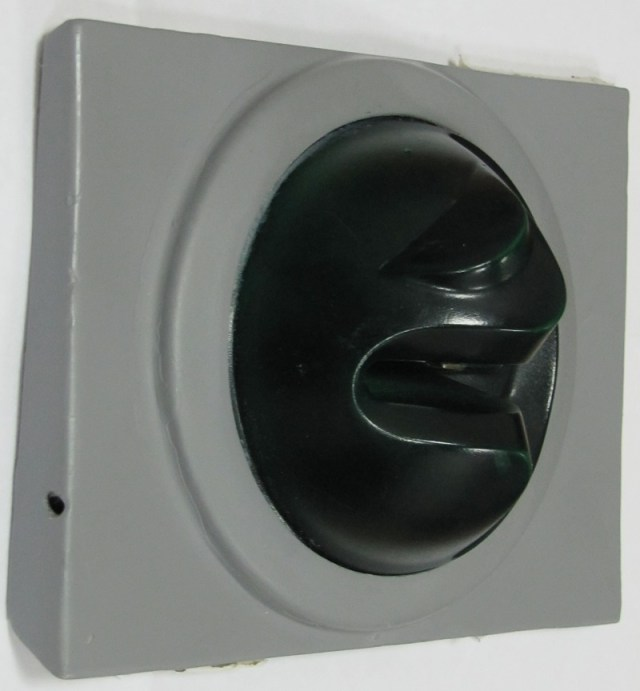 Отверстие слева - для записывающего пин-код устройства