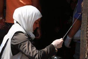 المساعدة البيطرية تنافس مهنة الرجال الشائعة في الشمال السوري