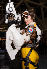 overwatch-tracer-cosplay-by-amouranth-la-comic-con-3