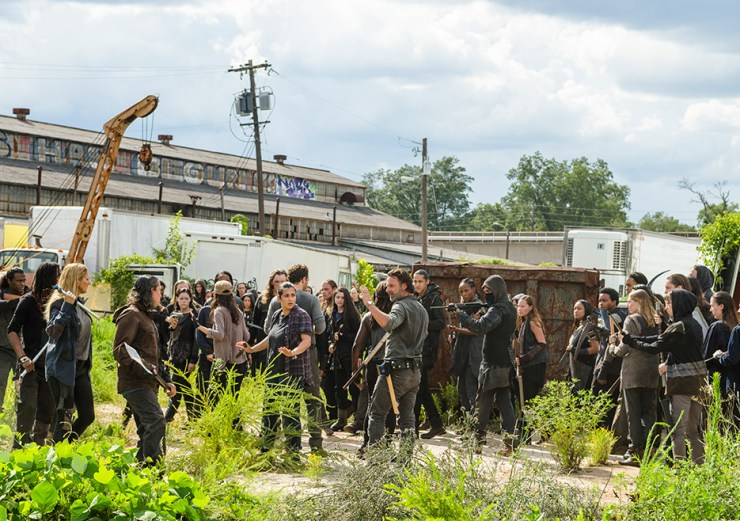 the-walking-dead-s7e9-rock-in-the-road-saviors