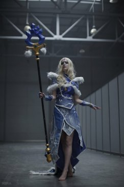 dota-2-crystal-maiden-cosplay-by-akina-gasai-11