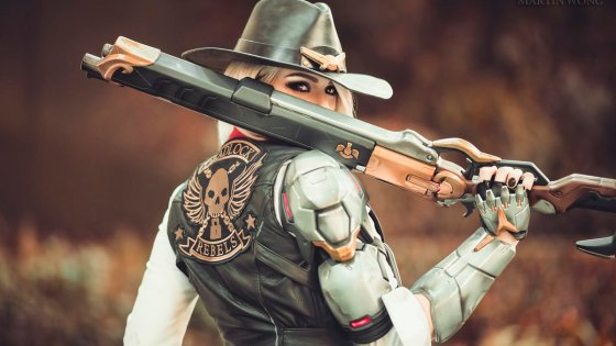 Cosplayer Karolina LeFay brings Overwatch's newest hero, The Viper-slinging, femme fatale Ashe to life.