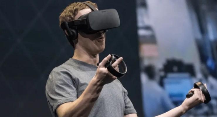 Facebook CEO Zuckerberg tries Oculus