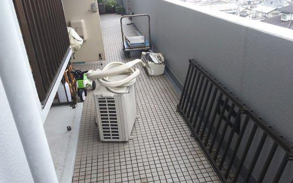 雨の中、引っ越しのためのエアコン取り外し回収