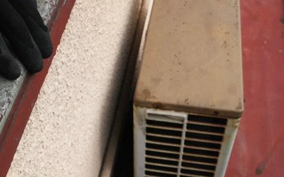 西区、解体民家のエアコン3台取り外し回収