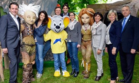 Europa-Park-Verantwortliche mit Maskottchen bei der Pressepräsentation.