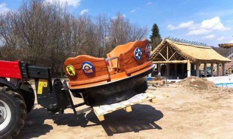 Eines der recht hübschen Boote wird angeliefert