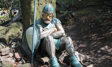 """""""Der König und die Königin [...] fingen an einzuschlafen und der ganze Hofstaat mit ihnen"""" - So auch die Wache im Eftelings Märchenwald - als wäre sie schon immer da gewesen."""