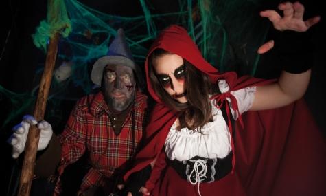 Im Wald begegnen die Besucher erschreckenden Märchenfiguren
