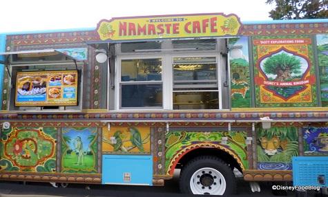Mit einem freundlichen Namaste grüßt uns der FoodTruck aus dem Animal Kingdom