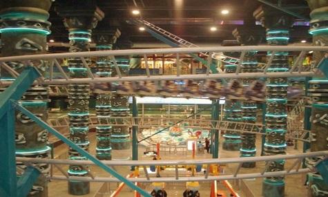 Die Achterbahn führt über 3 Stockwerke