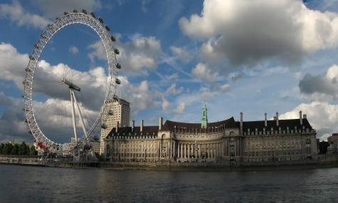 Direkt am Ufer der Themse liegt die London County Hall.