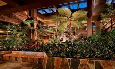 Die Lobby besticht mit einem von unzähligen Pflanzen umsäumten Wasserfall