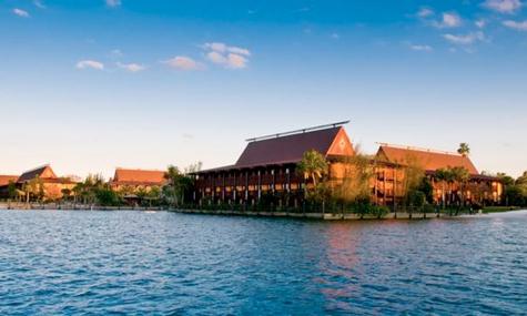 Einige Longhouses liegen direkt an der Seven Seas Lagoon