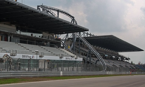 Was sich hier zwischen den Tribünen versteckt, könnte bald kein Teil des Nürburgrings mehr sein.