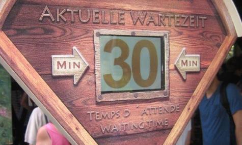 Digitale Wartezeiten informieren den Gast über die aktuelle Wartezeit - Anklicken zum Vergrößern!