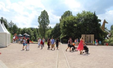 """Blick aus dem letzten Waggon auf den unscheinbaren """"Hauptbahnhof"""" des Parks (anklicken zum vergrößern)"""