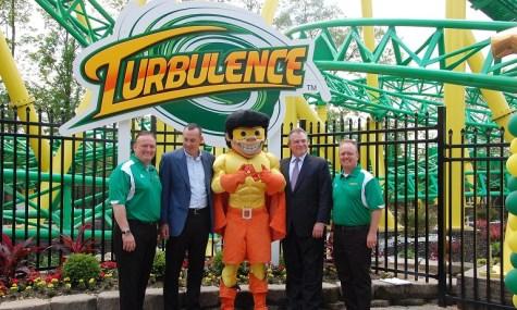 Die Parkchefs posieren stolz vor der Achterbahn - Anklicken zum Vergrößern!