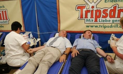 Tripsdrill-Geschäftsführer Helmut Fischer und Konrad Epple (MdL) in Vorbildfunktion beim gemeinsamen Spenden