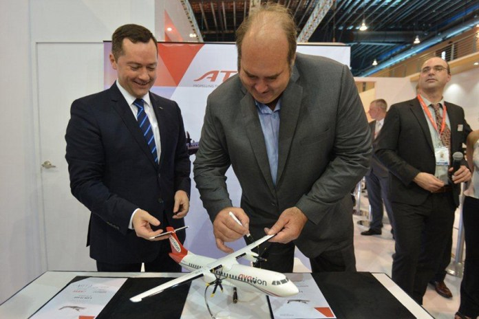 ATR and the Singapore-based lessor Avation PLC sign a purchasing agreement for five ATR 72-600s during Singapore Airshow 2016. (Credits: ATR)