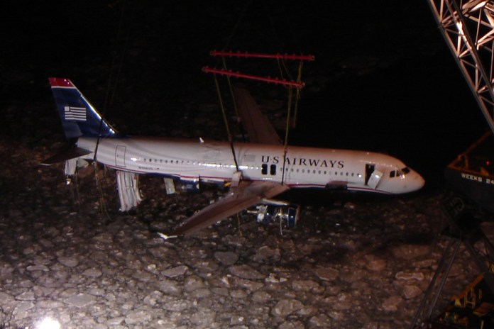 USAirways-1549_lifting_out_of_Hudson (1)