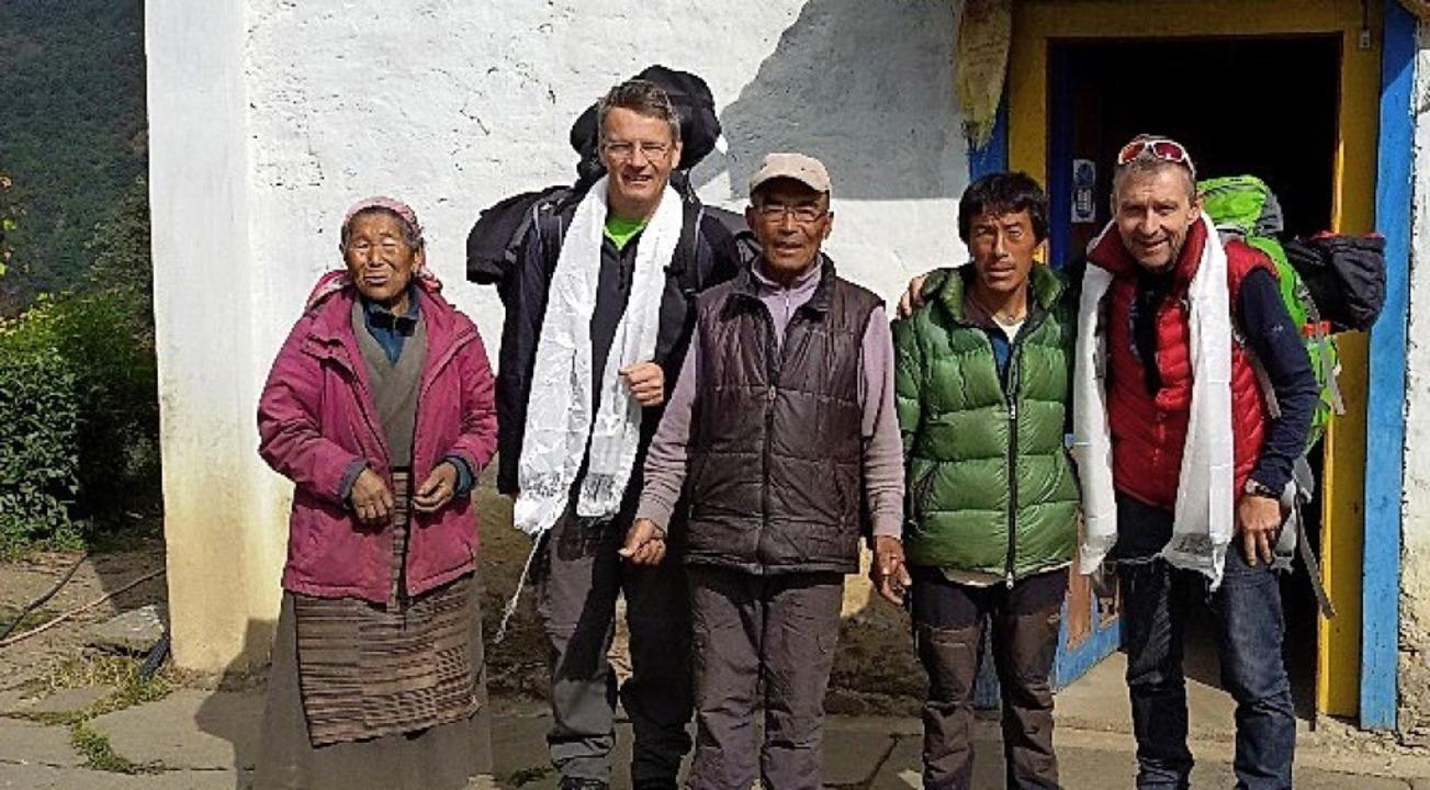 Dali (links) und Dawa (Dritter von  li... Nima Sherpa und  Klaus Bender stehen.  | Foto: Verein Nepal-Inzlingen