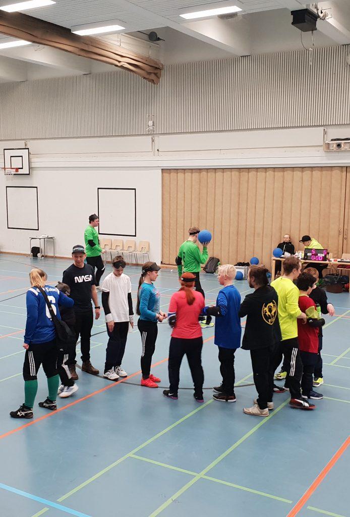 Pelin jälkeinen kättelytilanne, jossa kaksi juniorien muodostamaa joukkuetta kiittävät toisiaan.
