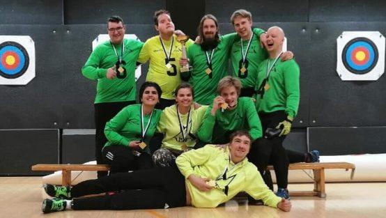 Aisti Open juhli 1-divisioonan mestaruutta viime keväänä. Kuvassa koko hymyilevä joukkue kultaa kaulassaan.