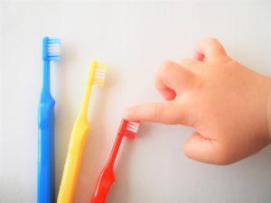 歯ブラシを選ぶ子供の手