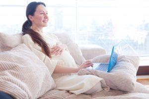ドラマを見る安静の妊婦