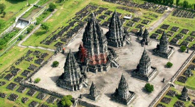 Candi Prambanan memiliki 3 candi utama di halaman utama