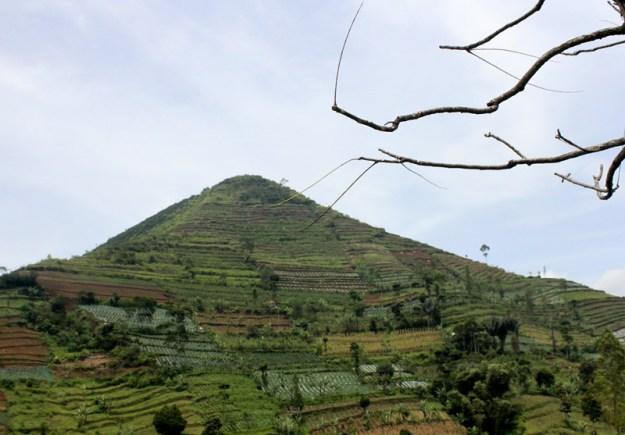 Gunung sadahurip di yakin i terdapat piramida di dalamnya