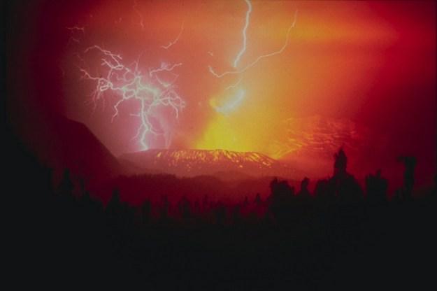 Gunung Galunggung saat meletus di malam hari pada tahun 1982