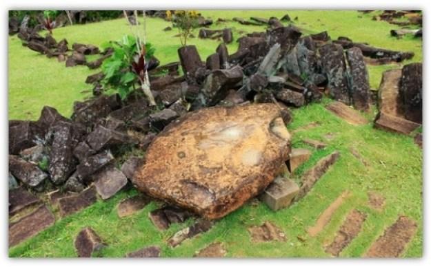 Batu Dolmen di Gunung Padang