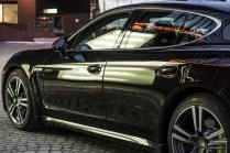 Musta Porsche Panamera S E-Hybrid on parhaimmillaan iltavalaistuksessa