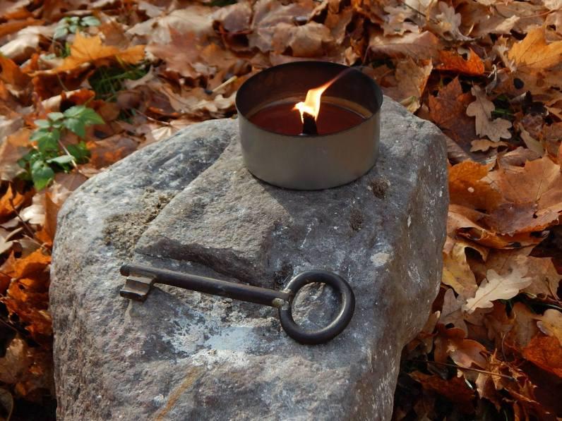Küünal valgustab teed talvekiriku ukse ees