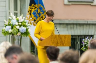 """Tunnustusauhinna """"Lastega ja lastele"""" võitjate õnnitlemine presidendi roosiaias / Foto: Arno Mikkor (Presidendi Kantselei)"""